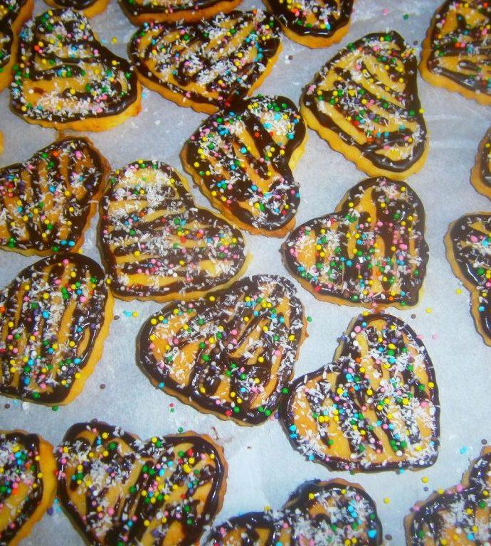 Бисквитки-сърца с шоколадова глазура