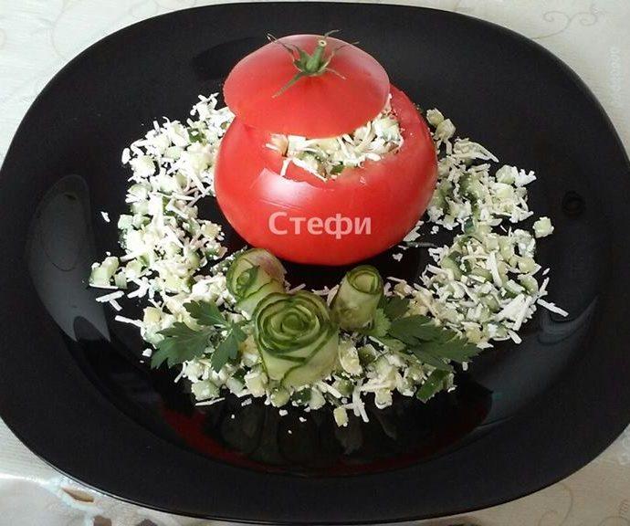 Вкусна салата в пълнен домат