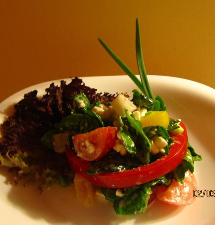 Салата с бейби спанак, чери домати, чушки, репички и сирене котидж