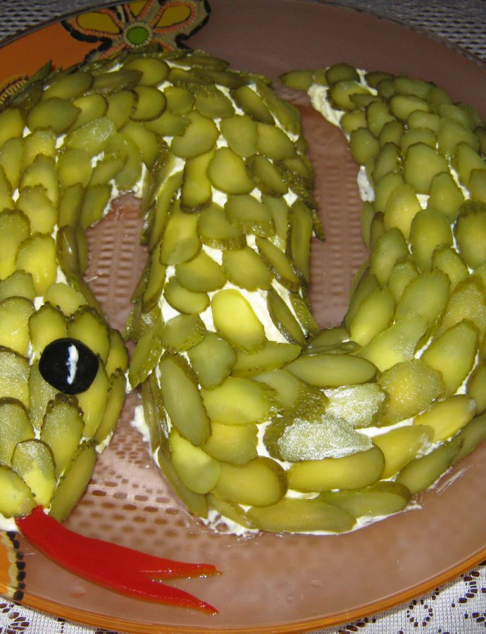 """Салата """"Змия"""" със сьомга, картофи, кисели краставички, майонеза и заквасена сметана"""