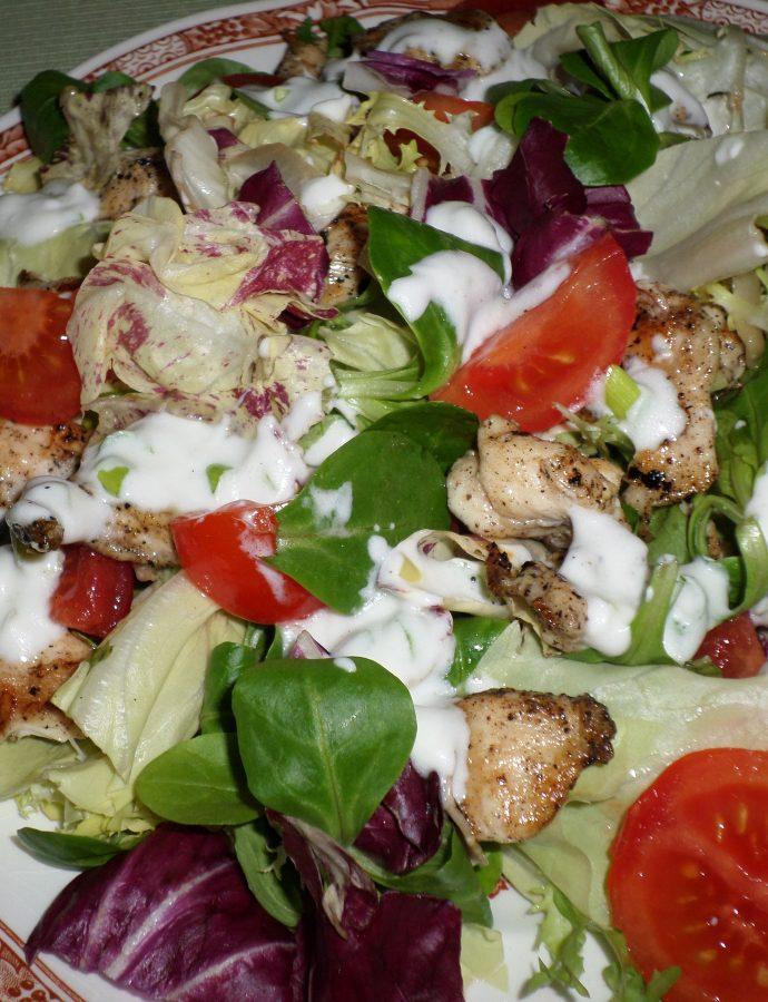 Богата зелена салата с пилешко, чери домати и млечен сос