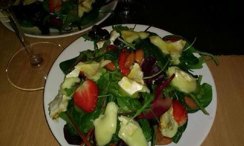 Екзотична салата с ягоди, спанак, рукола и сирене Бри