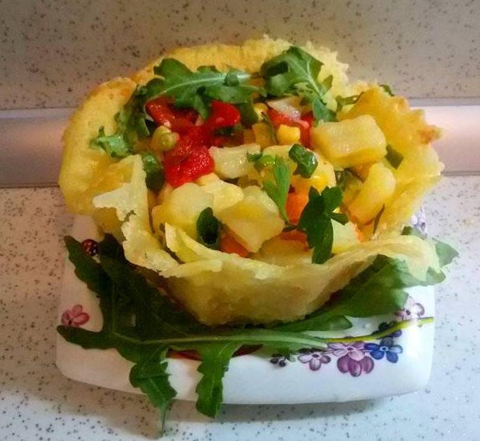 Пъстра картофена салата в кашкавалена купичка