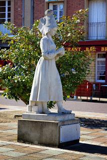 Паметник на Мари Арел - създателката на Камембер