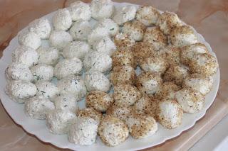 Топки от сирена и извара с орехи и подправки - рецепта
