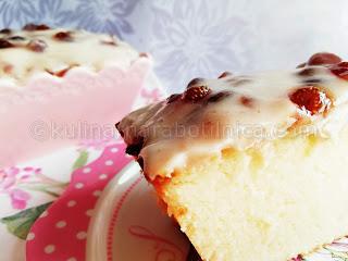 Рецепта за сладкиш с кокосово брашно и крем от заквасена сметана със сладко от горски ягоди