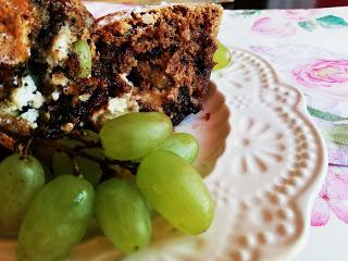 Сладкиш с шоколад, крема сирене и грозде