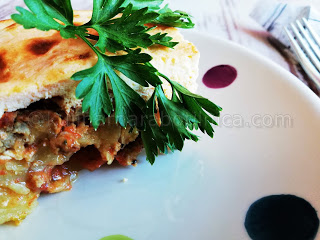 Мусака с картофи и тиквички и заливка с крема сирене
