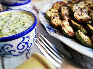 Рецепта за гриловани тиквички с дип от кисело мляко с краставица и орехи
