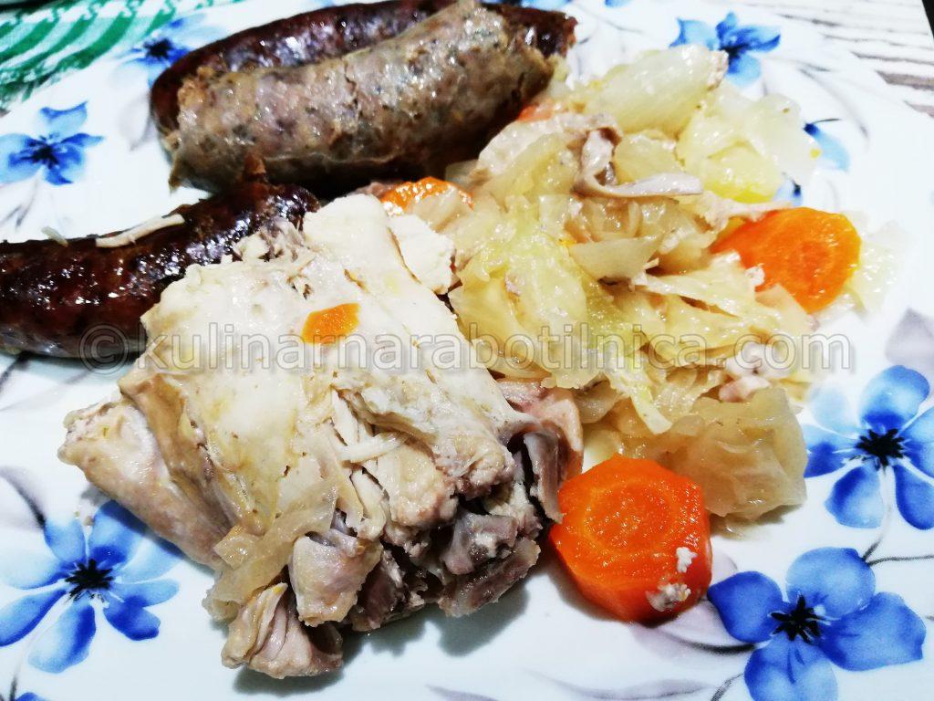 Заек с кисело зеле, суджек и картофи в гювеч