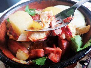 Гювечета с картофи и наденица - рецепта