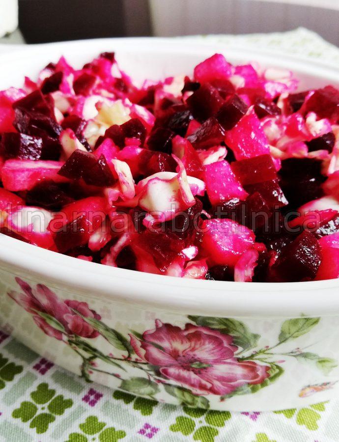 Свежа салата със зеле, червено цвекло и ябълки