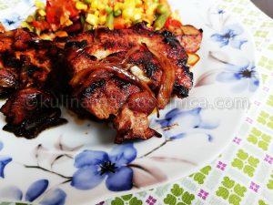 Свински пържоли на тиган с горчица и карамелизиран лук