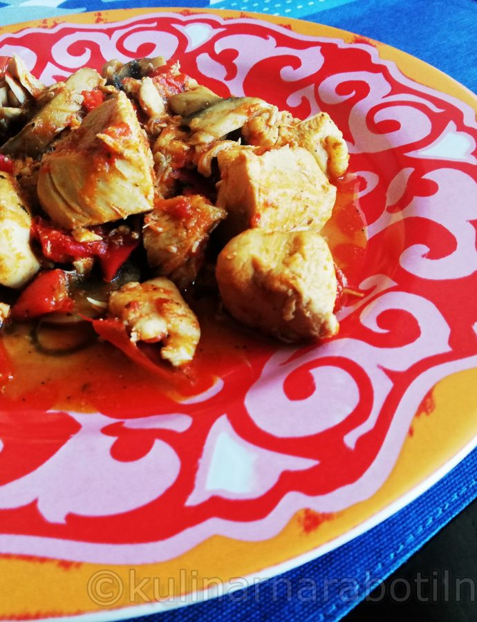 Пилешка кавърма с гъби, лук и чушки