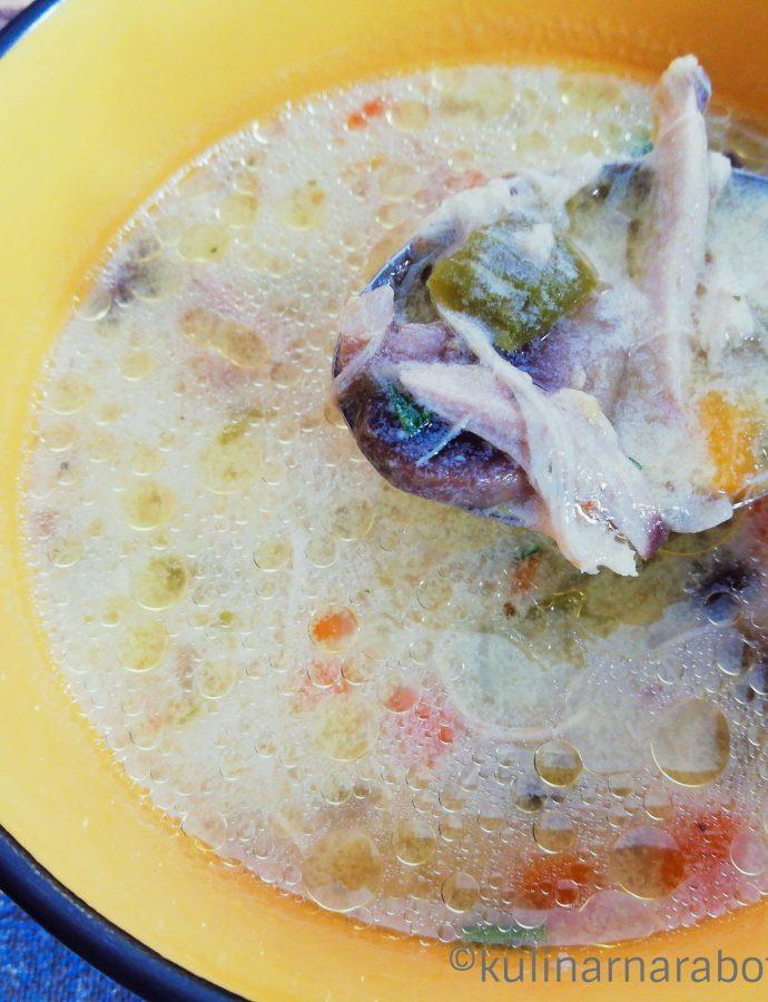 Пилешка супа със зеленчуци и топено сирене