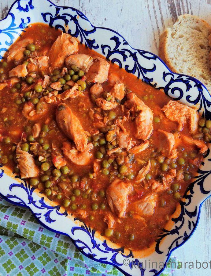 Грах с пилешко и доматен сос