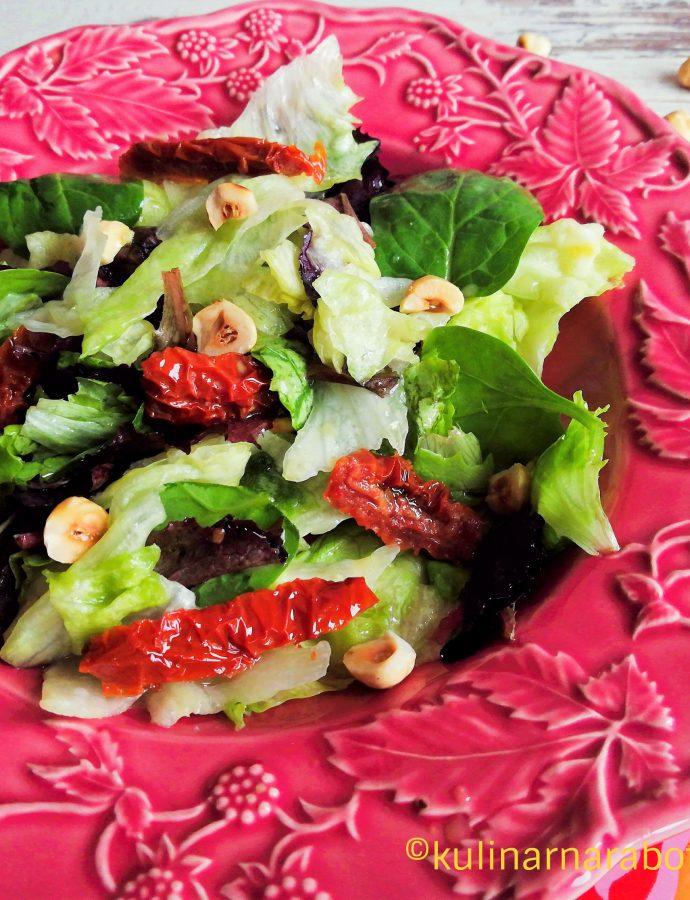 Лека салата с айсберг и сушени домати