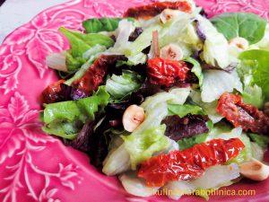 Рецепта за салата с айсберг, сушени домати и лешници
